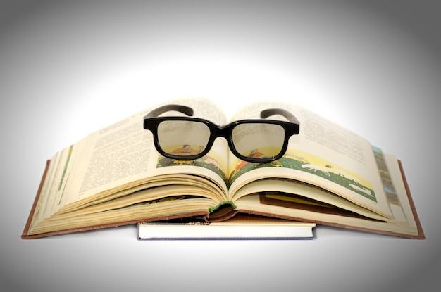 Lunettes de lecture sur le livre.