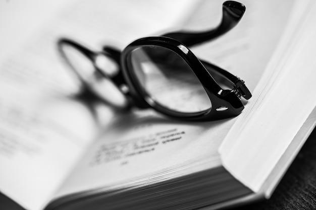 Des lunettes et un livre