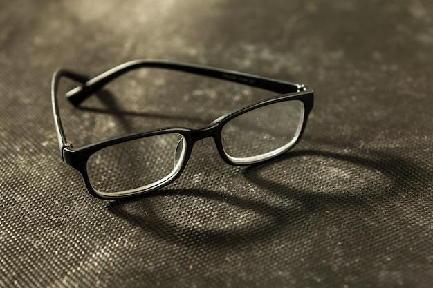 Lunettes ou lunettes sur fond noir
