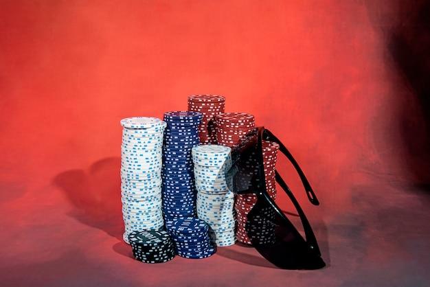 Lunettes noires sur une table de poker avec des jetons