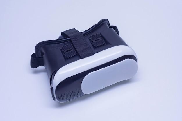 Lunettes pour la réalité virtuelle et la vidéo à 360 degrés. casque vr pour smartphone sur fond blanc.