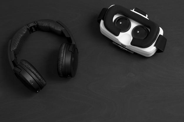 Lunettes de réalité virtuelle et écouteurs.