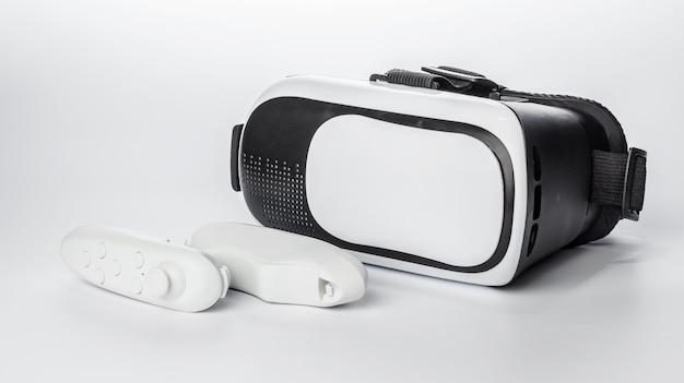 Lunettes de réalité virtuelle et manette de jeu sur fond blanc.