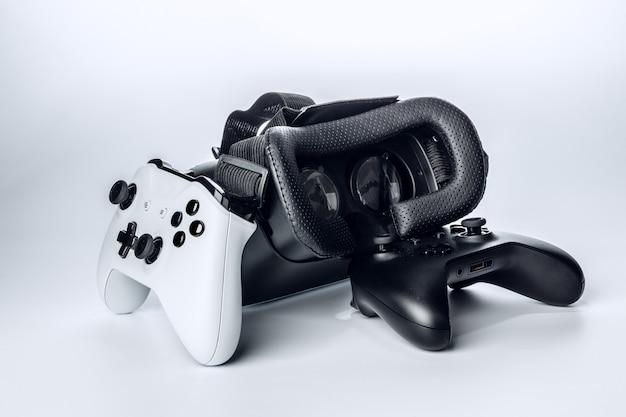 Lunettes de réalité virtuelle et manette de jeu isolé sur blanc.