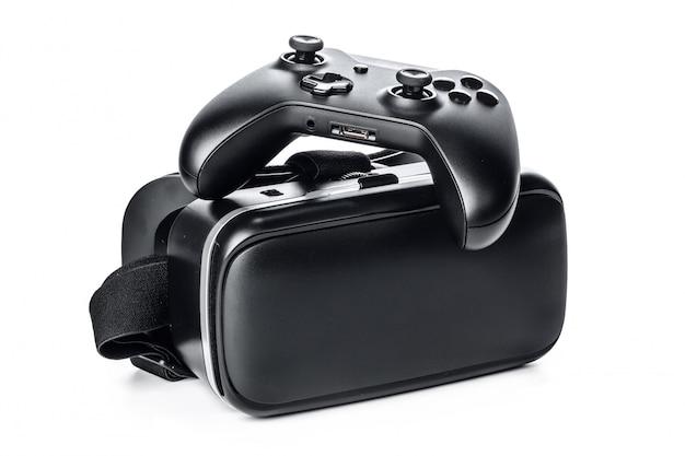Lunettes de réalité virtuelle et manette de jeu isolés.