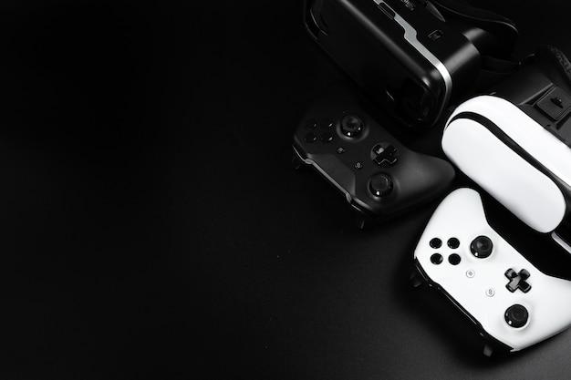 Lunettes de réalité virtuelle vr sur une table noire.