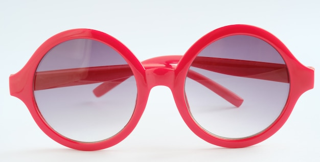 Lunettes rouges sur fond blanc, close up object