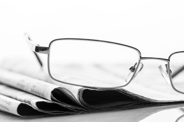 Des lunettes se trouvent sur les journaux