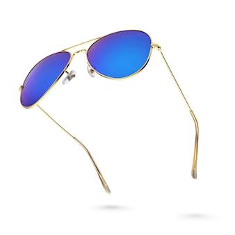 Lunettes de soleil aviateur miroir bleu avec cadre doré isolé sur fond blanc. vue de côté