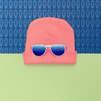 Lunettes de soleil et chapeau de mode. accessoires urbains style actif