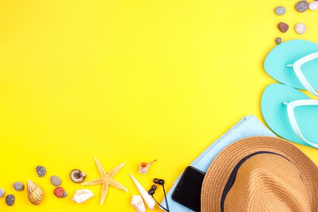 Lunettes de soleil, crème solaire, casque, smartphone, serviette, pantoufles.