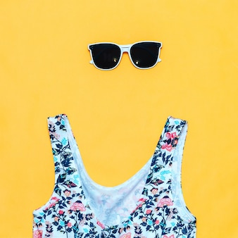 Lunettes de soleil et maillot de bain blancs