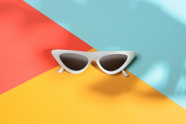 Lunettes de soleil mode dans le style du minimalisme
