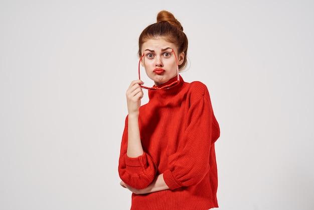 Lunettes de soleil de style moderne femme à la mode look attrayant. photo de haute qualité