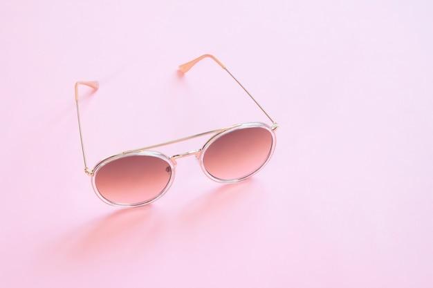Lunettes de soleil vintage de style branché sur fond de couleur pastel, mode minimal