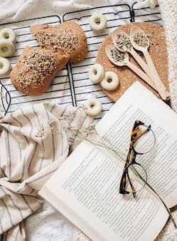 Lunettes, sommet, livre, autour de, nourriture