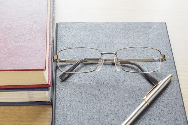 Lunettes et stylo mis sur cahier