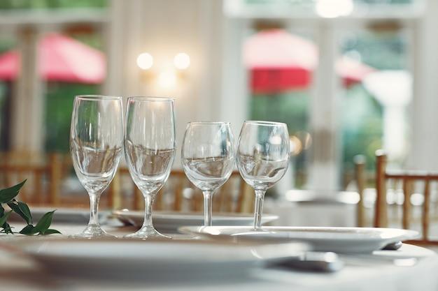 Lunettes sur une table
