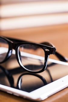 Des lunettes et une tablette
