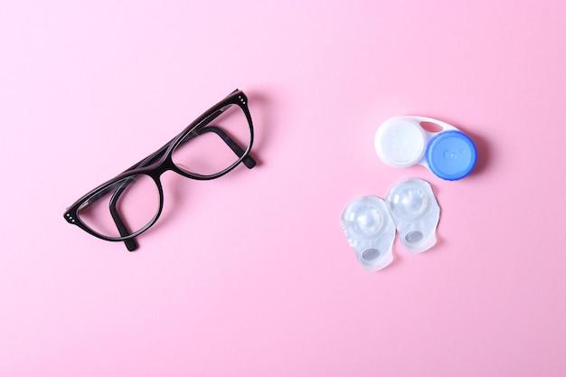 Lunettes et verres pour corriger la vision sur fond coloré