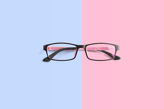 Lunettes de vue roses avec fond rose et bleu clair