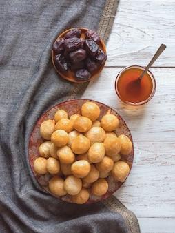 Luqaimat - boulettes sucrées traditionnelles arabes. nourriture sucrée du ramadan.