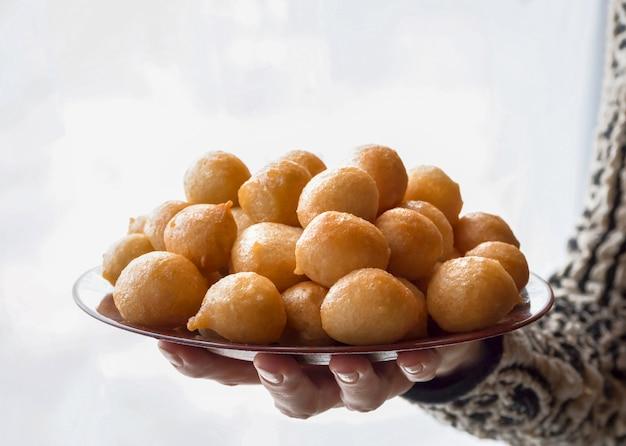 Luqaimat - boulettes sucrées traditionnelles des eau. ravissantes boulettes du ramadan.