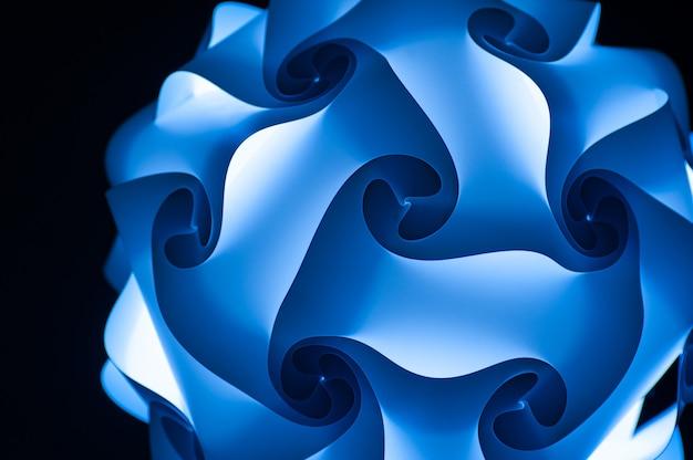 Lustre design abstrait bleu sur fond noir
