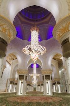 Lustre à l'intérieur de la grande mosquée sheikh zayed