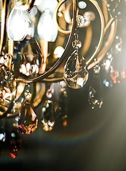 Lustre en verre de cristal comme décoration d'intérieur et décoration de meubles de luxe en tant qu'invitation de vacances ...