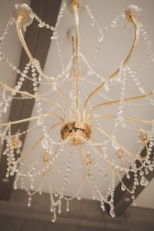 Lustre vintage doré à décor en cristal