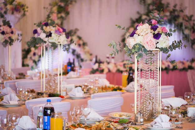 Luxe décoré de fleurs et un restaurant de salle de banquet festif en rose