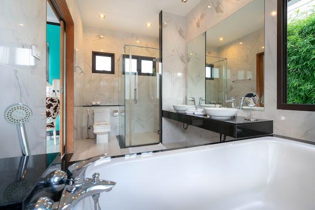 Luxe magnifique intérieur véritable salle de bains caractéristiques lavabo, cuvette de toilette dans la maison ou la construction de la maison