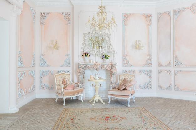 Luxueuse chambre de design d'intérieur cher dans le vieux style baroque dans des couleurs beiges
