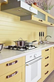 Luxueuse nouvelle cuisine beige avec des appareils modernes