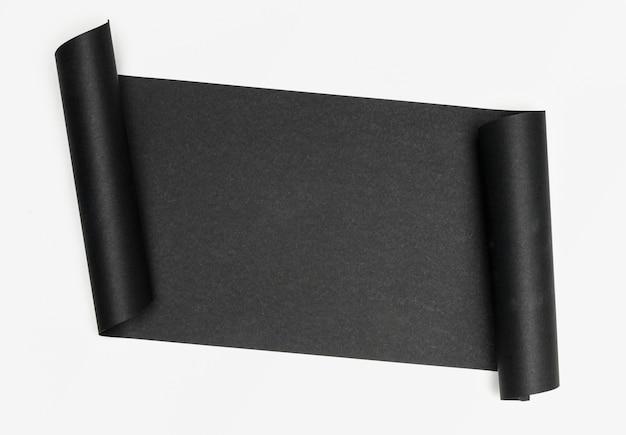 Luxueux morceau de papier noir sur fond blanc