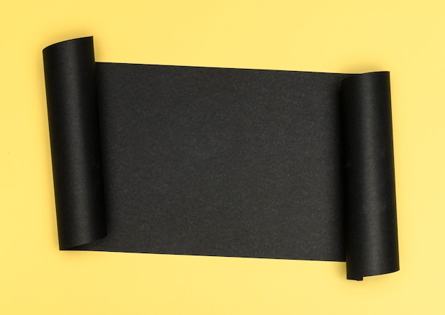 Luxueux morceau de papier noir sur fond jaune