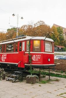 Lviv, ukraine. tramway rouge - boutique de souvenirs dans la vieille ville
