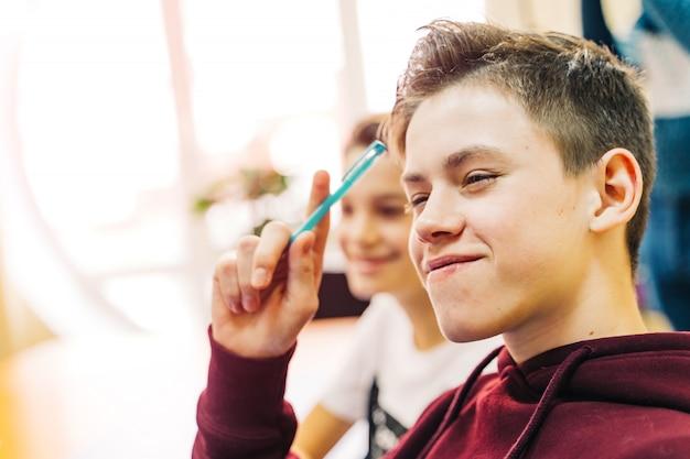 Lycée ou étudiant écrit en cours magistral