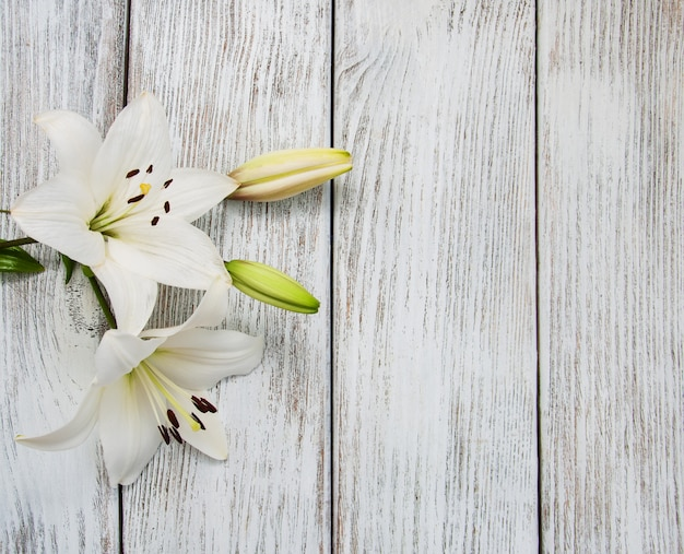 Lys blancs sur une table en bois