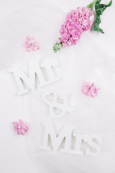 M. et mme avec des fleurs