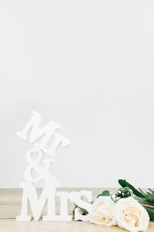 M. et mme avec des roses blanches