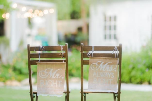 M. et mme sign sur la chaise, signes de mariée et de marié à la réception