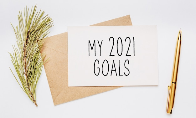 Ma note d'objectifs 2021 avec branche d'épinette et stylo en or et concept de nouvel an