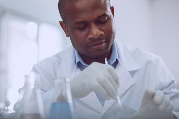 Ma nouvelle recherche. chercheur professionnel inspiré travaillant avec des graines tout en effectuant un nouveau test
