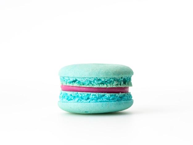 Macaron bleu simple sur le blanc