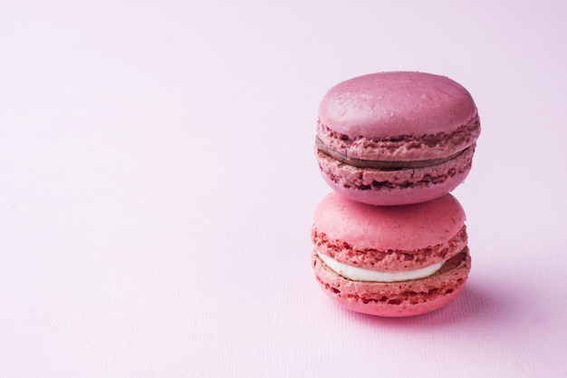 Macaron dessert rose ou macarons sur fond rose