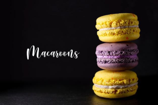 Macaron sur fond noir. différents types de macarons.