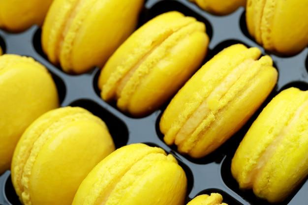 Macaron français doux jaune chez un boulanger