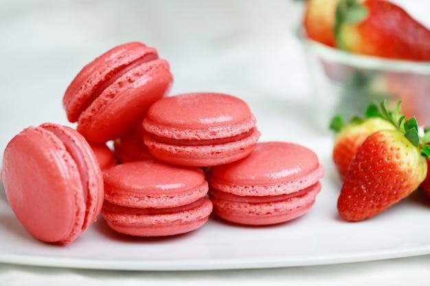 Macaron français saveur fraise chez un boulanger